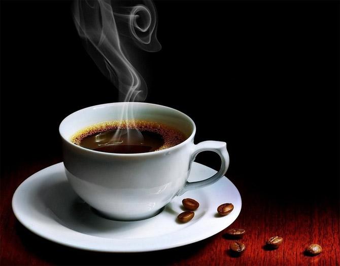 عکس فنجان قهوه داغ روی میز
