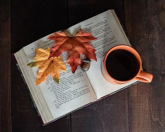 تصویر پروفایل فنجان قهوه و کتاب و برگ پاییزی