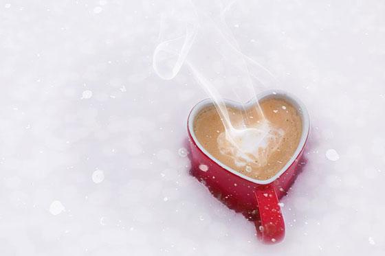 عکس عاشقانه فنجون قهوه داغ در زمستان برفی