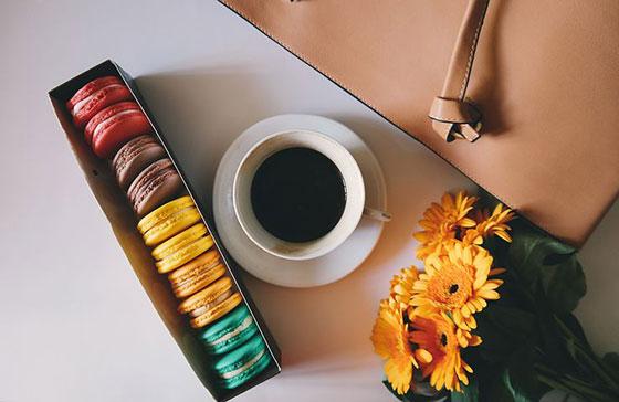 عکس فنجان قهوه و گل و شیرینی