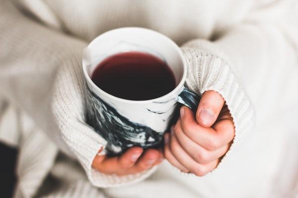 عکس لیوان چای در دستان یک دختر