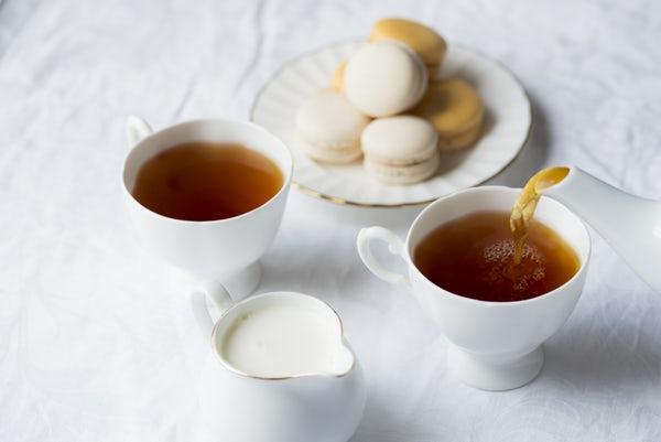 عکس دو فنجان چای و بشقاب شیرینی