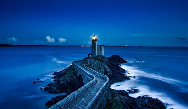 عکس فانوس دریایی روشن در شب
