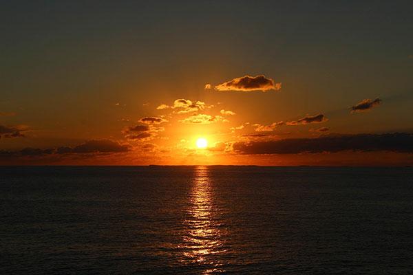 عکس طلوع خورشید از پشت ابرها