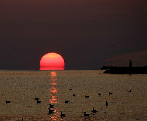عکس با کیفیت طلوع خورشید در دریا