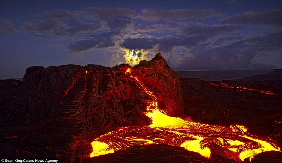 عکس فوران گذاره های مذاب از کوه آتشفشانی