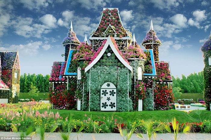 این خانه گل فانتزی در Miracle Garden، گیاهانی دارد که بر فراز مناره ها، درها، دیوارها و برج ها رشد می کنند.