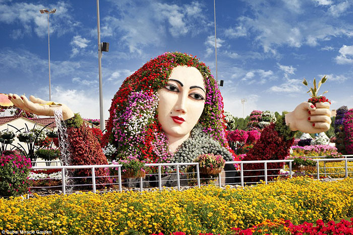 در طراحی این باغ، نهایت تجسم و رویا به چشم می خورد؛ از جمله گل هایی که به شکل تار موی یک بشر غول پیکر در هم پیچیده شده اند.