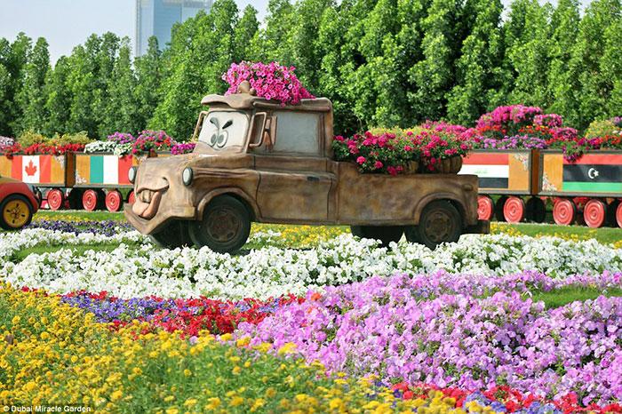 حتی شخصیت های دیزنی نیز، همچون Mater from Cars در این مرغزار به چشم می خورند، البته همه آنها با گل مزین شده اند.