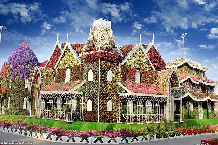 سازه هایی غول پیکری در پارک به چشم می خورند که سر تا پای آنها از گل پوشیده شده است.