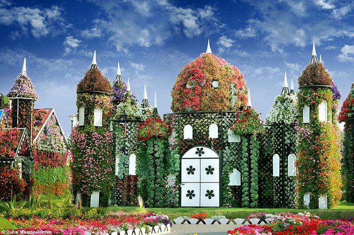 به منظور خلق تجربه ای تازه برای میهمانانی که از این باغ رنگارنگ دیدن می کنند، نماهای این مجموعه باغ بصورت فصلی تغییر کرده است.