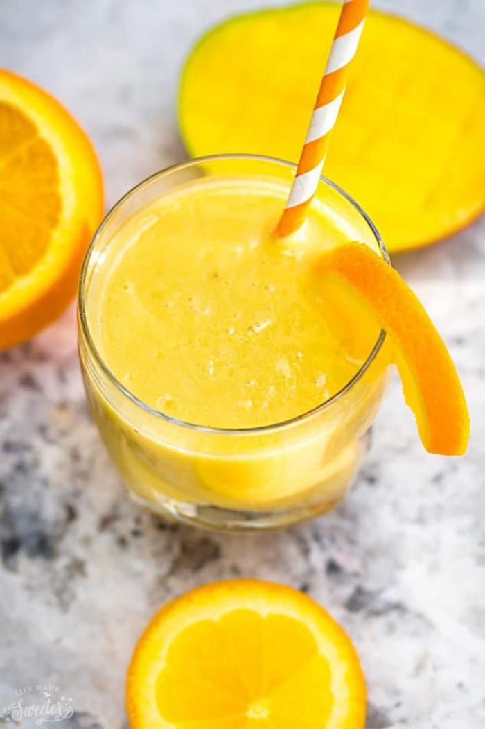 طرز تهیه اسموتی پرتقال با شیر بادام