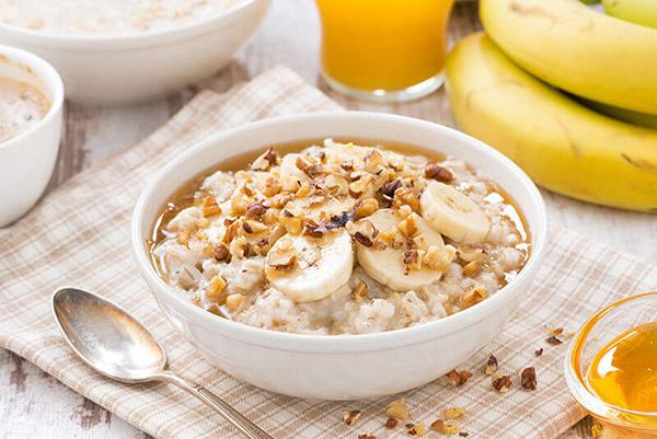 طرز تهیه صبحانه جو پرک با شیر بادام و موز