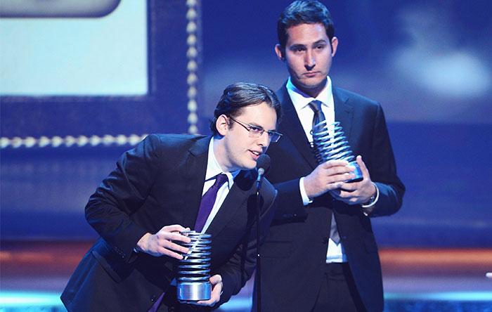 دو بنیانگذار اینستاگرام در سال 2012، هنگام دریافت جایزهی Webby Awards
