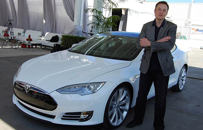 ایلان ماسک در کنار خودروی تسلا مدل S