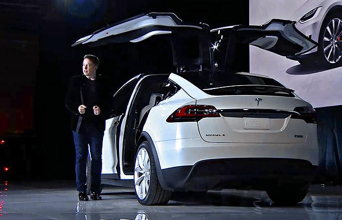 ایلان ماسک در حال معرفی خودروی تسلا مدل X
