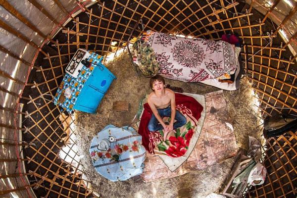 اتاق خواب جوان قزاقستانی، 18 ساله