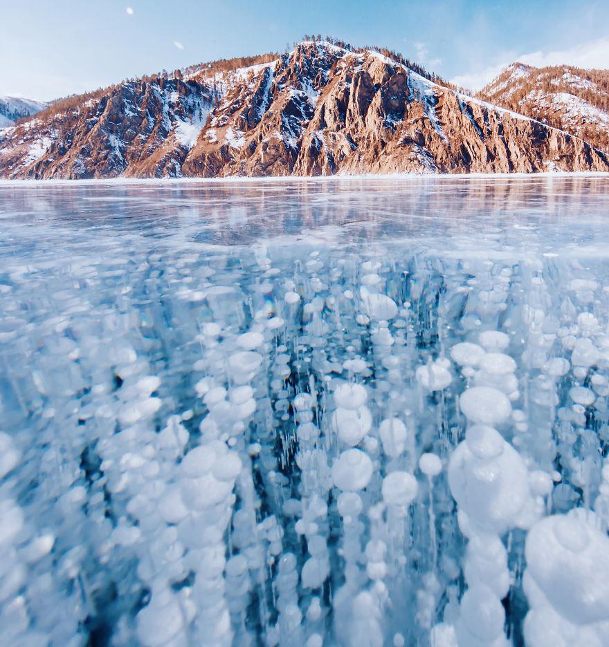 دریاچه بایکال با آب فوق العاده شفاف و پاک در روسیه