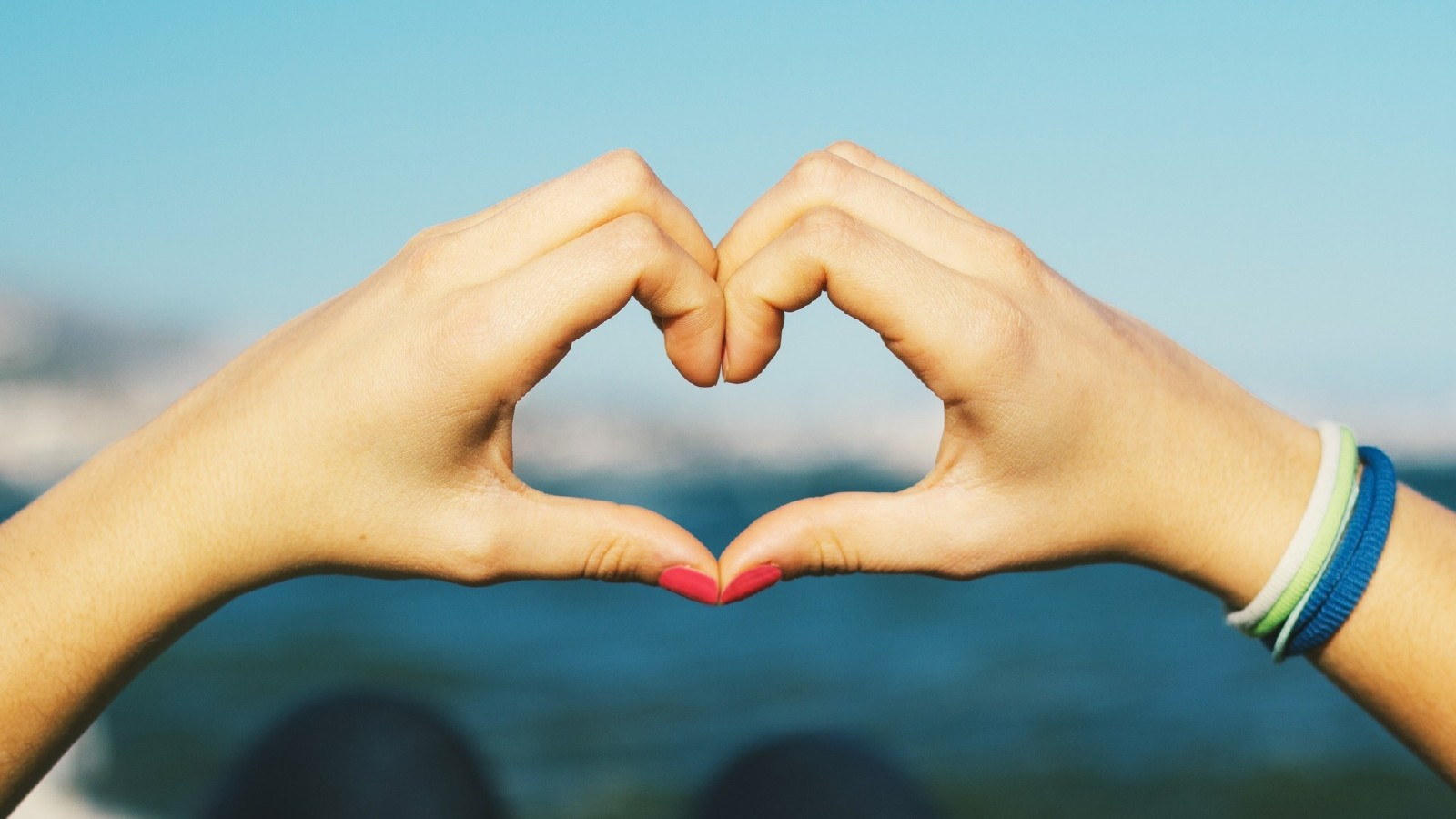 عکس قلب با دست دختر و پسر