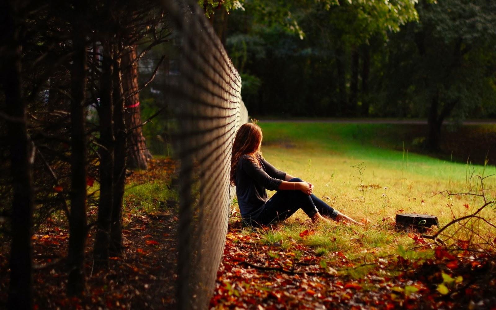 دانلود عکس و والپیپر دختر عاشق تنها و غمگین در پاییز