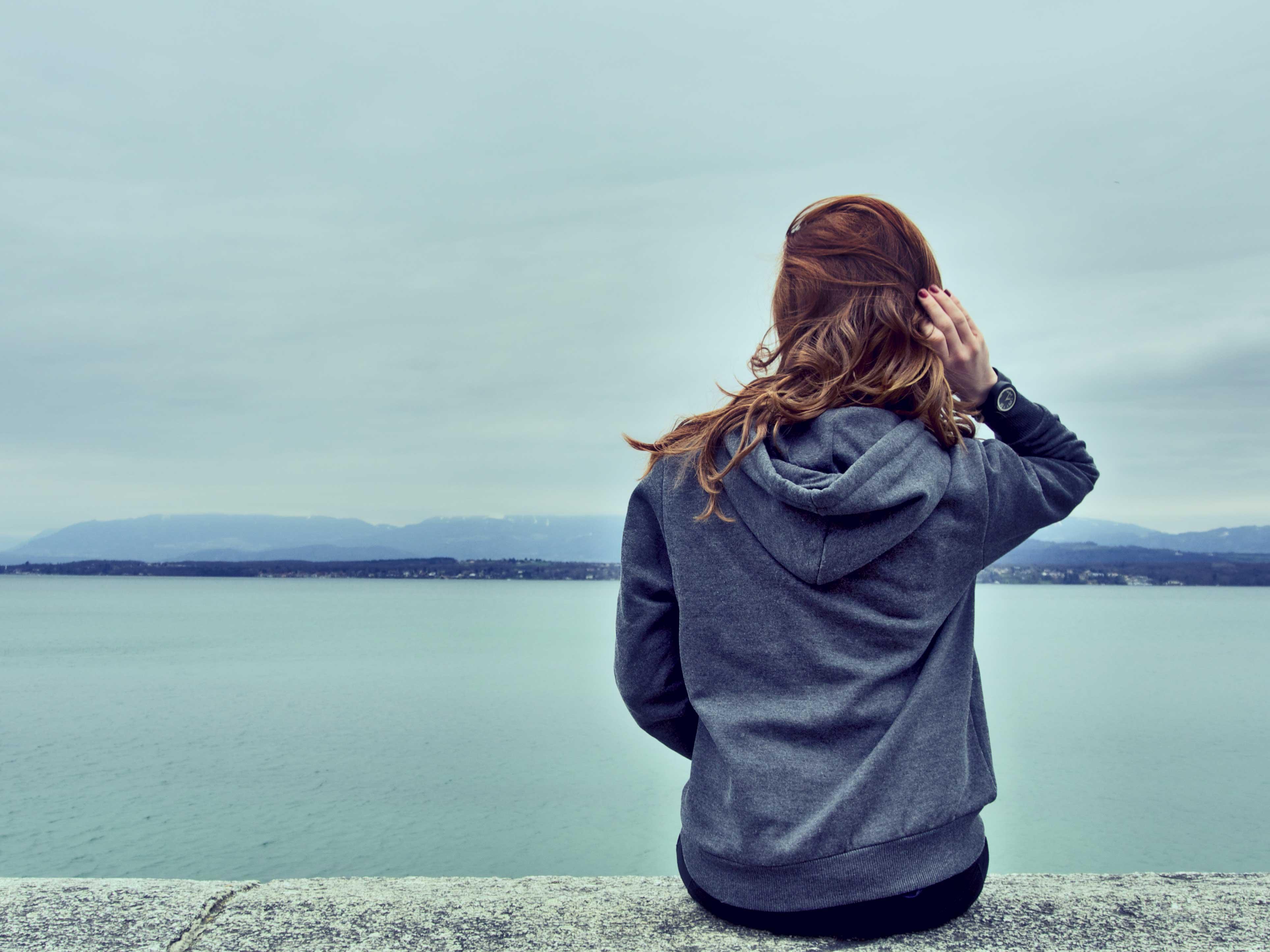 عکس دختر عاشق لب ساحل دریا برای پروفایل