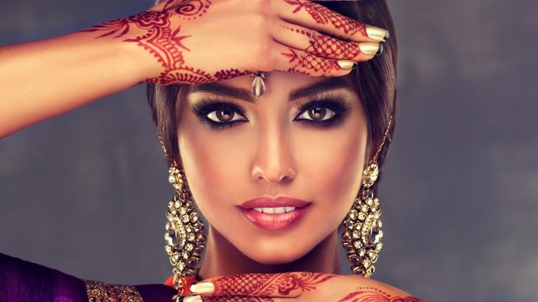 زنان هندی در مناسبت های خاص روی پوست خود با حنا طراحی می کنند