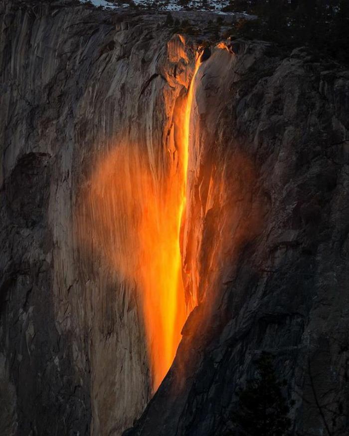 آبشار آتشین یوسمیتی، در واقع این ها گذازه های آتشفشانی نیستند بلکه این اتفاق تنها برای 1 تا 2 هفته در اواخر فوریه رخ می دهد و با وجود برف فراوان و نور شفاف غروب خورشید تنها برای 10 دقیقه یا کمتر قابل مشاهده است