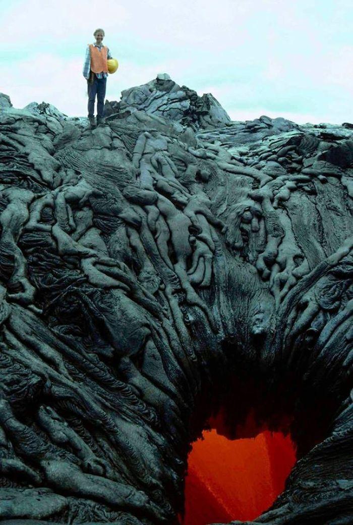 گذازه هایی که مانند یک توده بدنی در حال مکیده شدن به آتش جهنم هستند