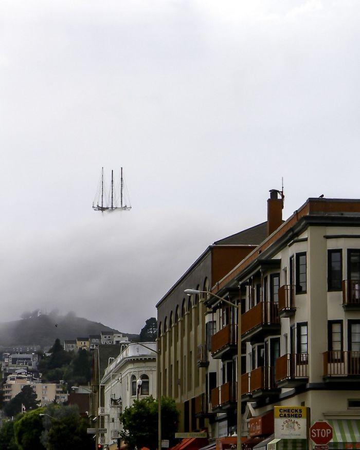 برج ساتور در سان فرانسیسکو در مه غلیظ که بدون شک آن را مانند یک کشتی هلندی تصور کرده اید