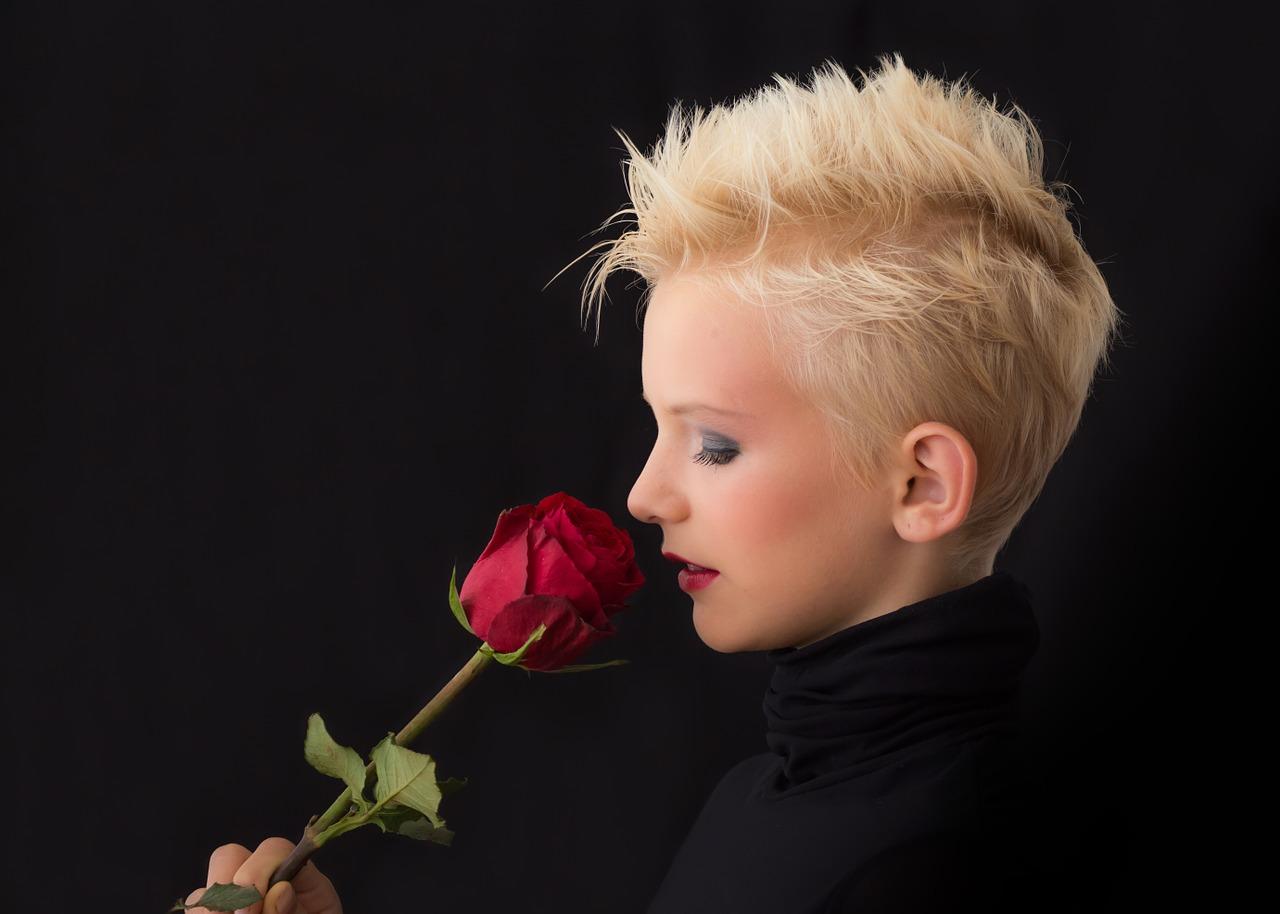 عکس پروفایل مشکی دخترونه با گل رز قرمز