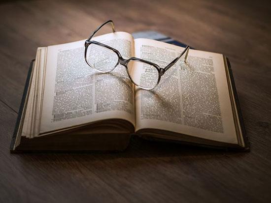 عکس پروفایل کتاب و عینک