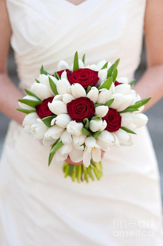 عکس دسته گل عروس لاله سفید با گل رز قرمز