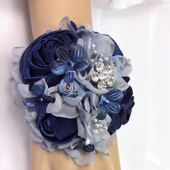 دسته گل حلقه ای دور مچ عروس