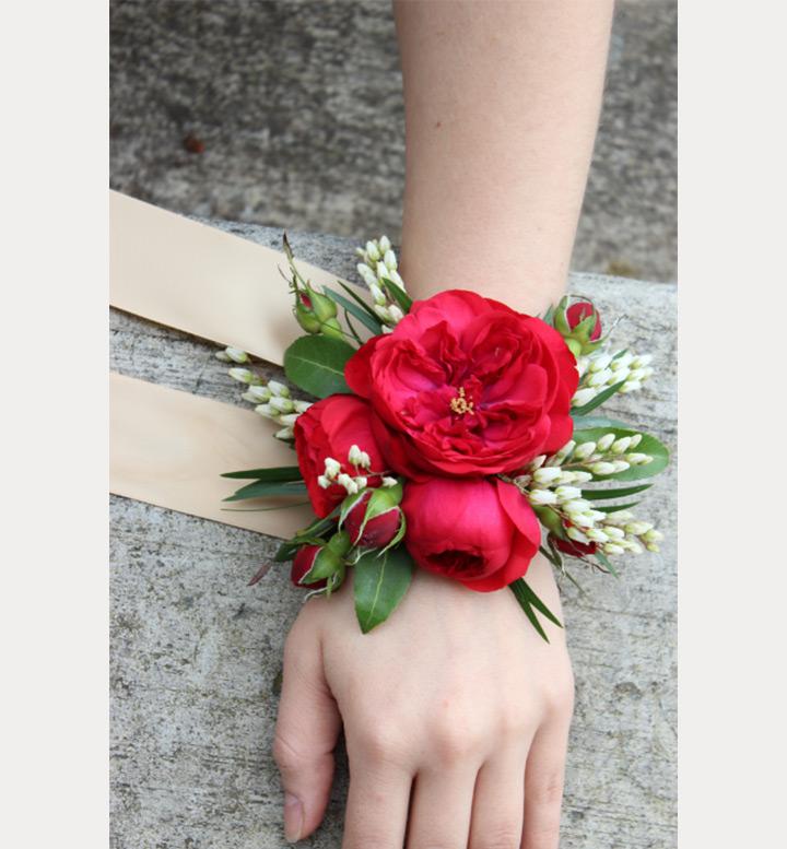دسته گل قرمز حلقه ای دور مچ عروس