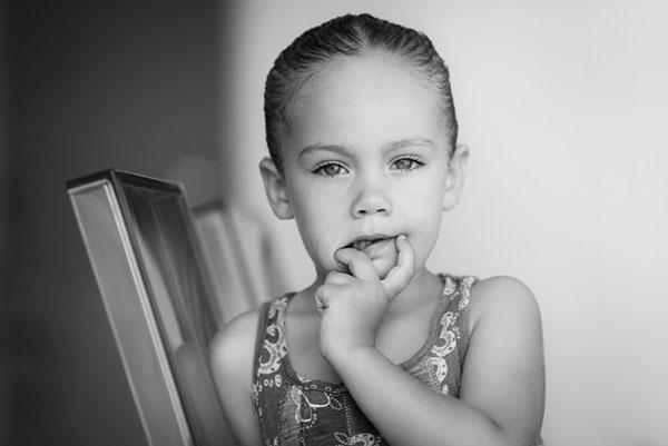 عکس سیاه و سفید هنری چهره کودک