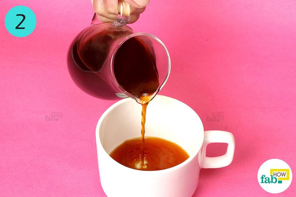 طرز تهیه کاپوچینو : اضافه کردن قهوه اسپرسو به فنجان