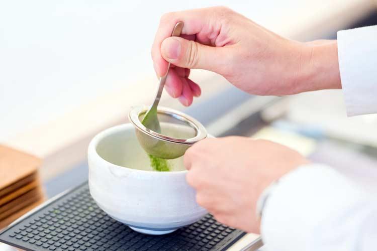مرحله اول : پودر چای ماچا را صاف کنید