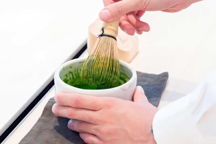 مرحله پنجم : 30 تا 60 ثانیه پودر چای و آب را به صورت حرکات زیگزاگ ترکیب کنید