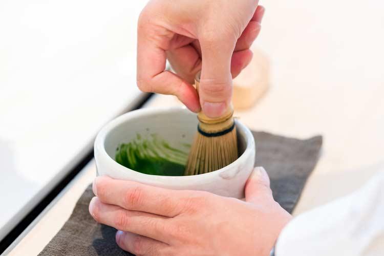 مرحله چهارم : آب گرم و پودر چای ماچا را با استفاده از همزن بامبو ترکیب کنید