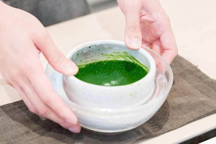 مرحله آخر : چای سبز ماچا آماده نوشیدن است