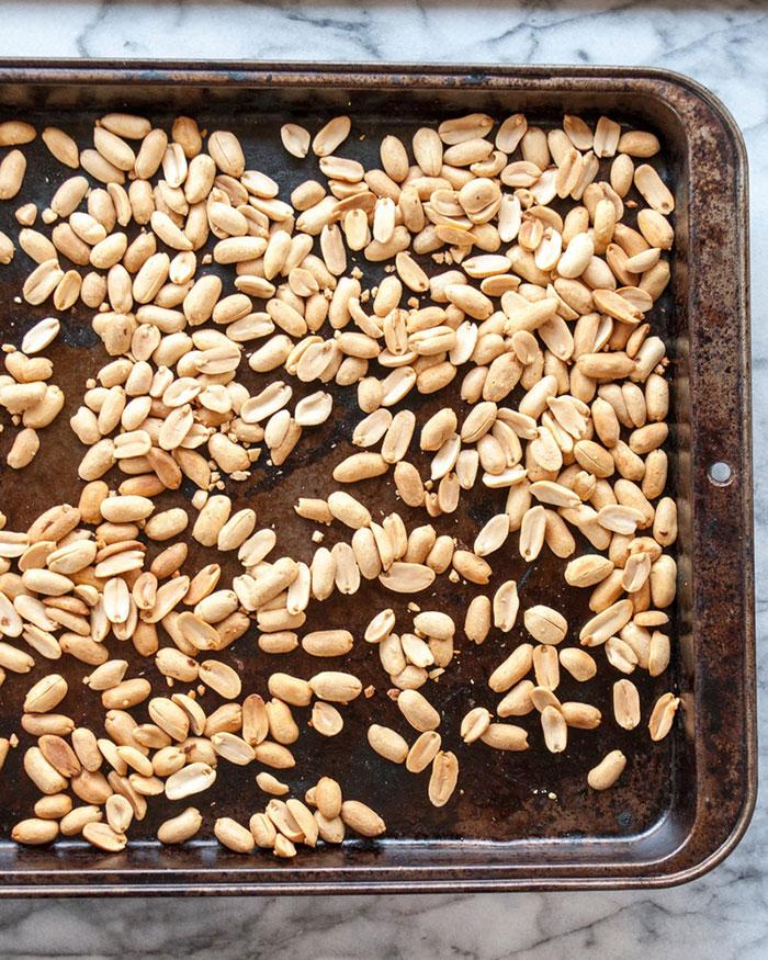 طرز تهیه کره بادام زمینی : بو دادن بادام زمینی در فر