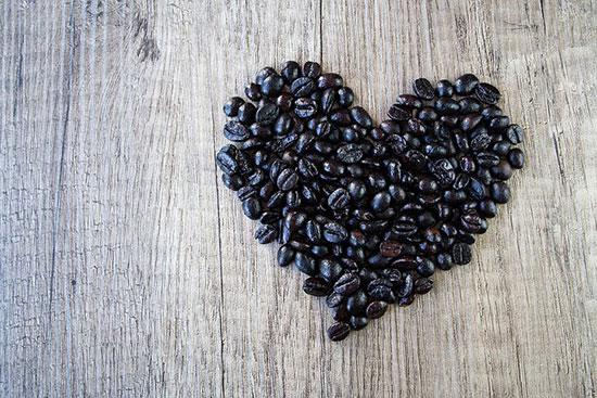 عکس قلب عاشقانه با دانه های قهوه