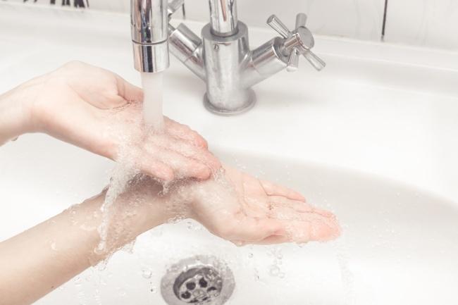 برای بیدار ماندن در شب چه باید کرد : مچ دست را با آب سرد بشویید