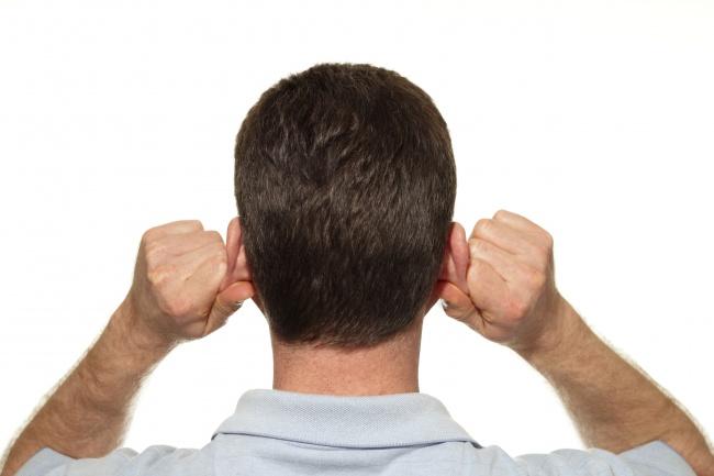 برای بیدار ماندن در شب چه باید کرد : ماساژ درمانی گوش
