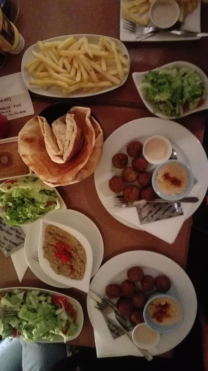 سفارشات خوشمزه شامل گانوش، همبرگر و فلافل