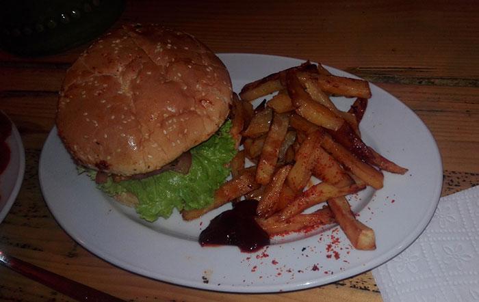 ساندویچ همبرگر با سیب زمینی