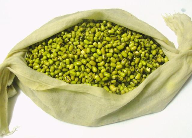 طرز تهیه جوانه ماش : دانه های ماش را در یک پارچه ی نخی تمیز بریزید