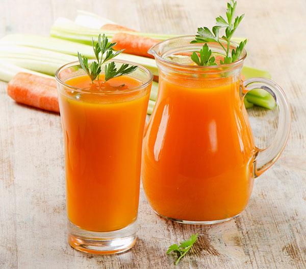 طرز تهیه نوشیدنی سم زدا و لاغر کننده با آب هویج و کرفس