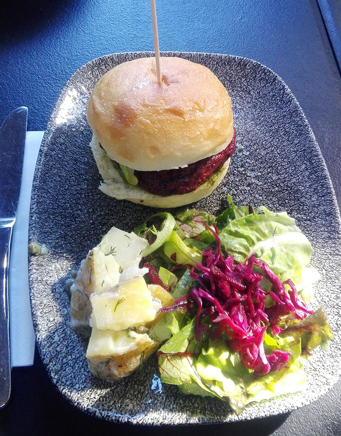 همبرگر خوشمزه با چغندر