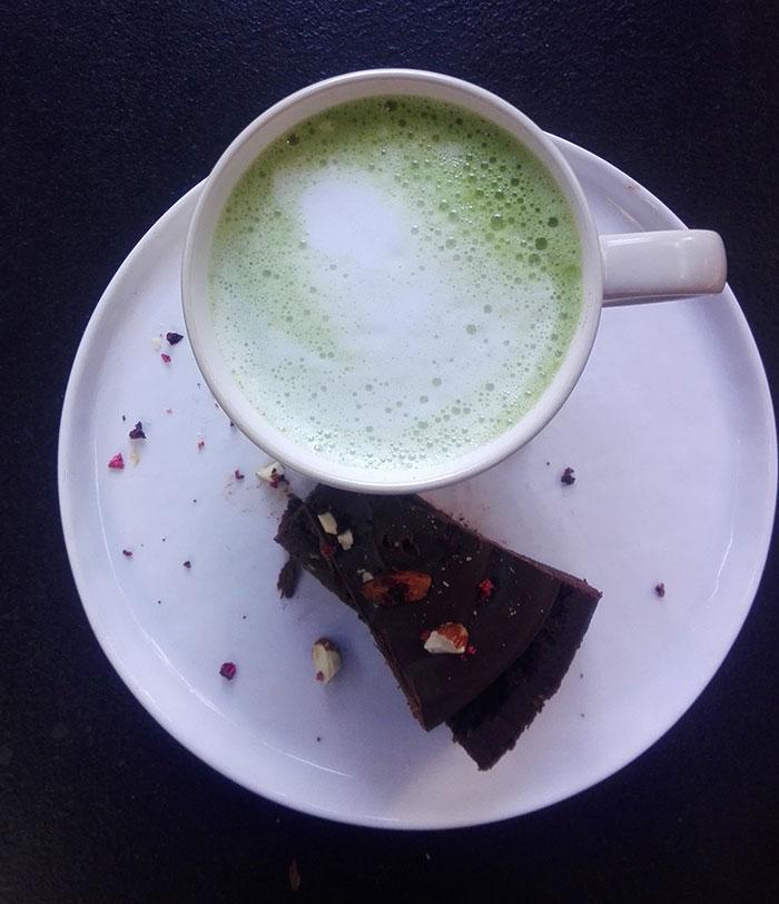 چای سبز ماچا با کیک شکلاتی